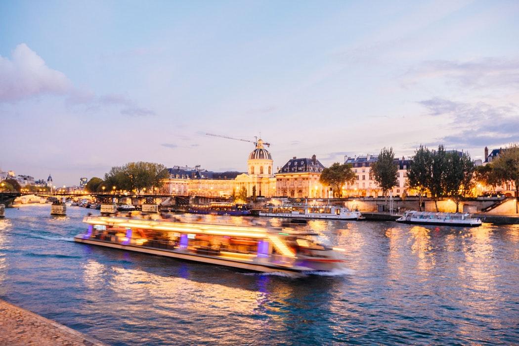 Un dîner croisière sous les lumières de Paris